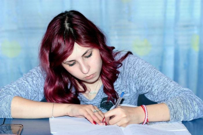 Schrijvend meisje