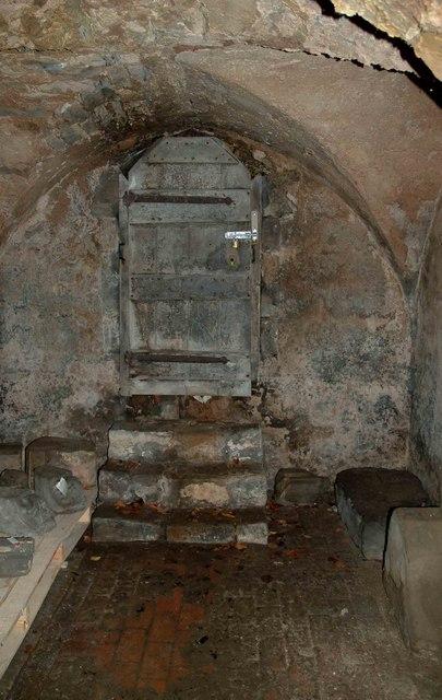 Houten deur in crypte