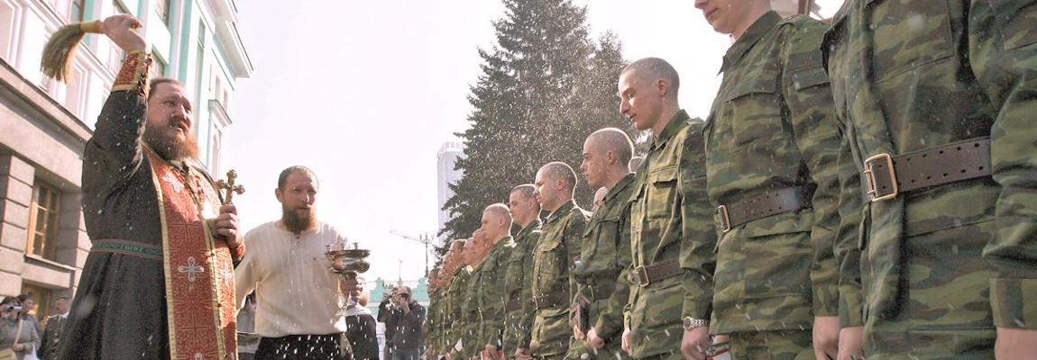 Russisch-orthodox priester zegent soldaten