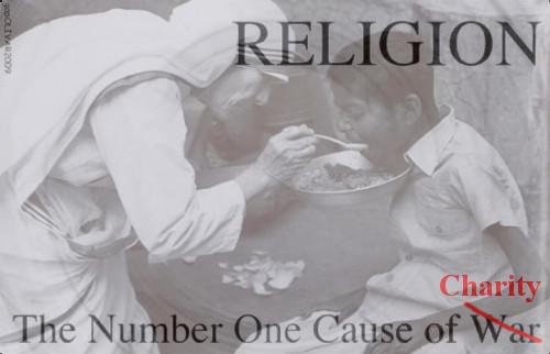 Moeder Teresa voedt een hongerig kind