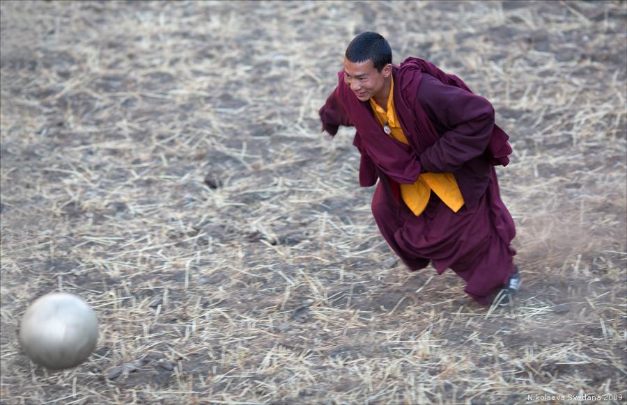 Voetballende boeddhist.