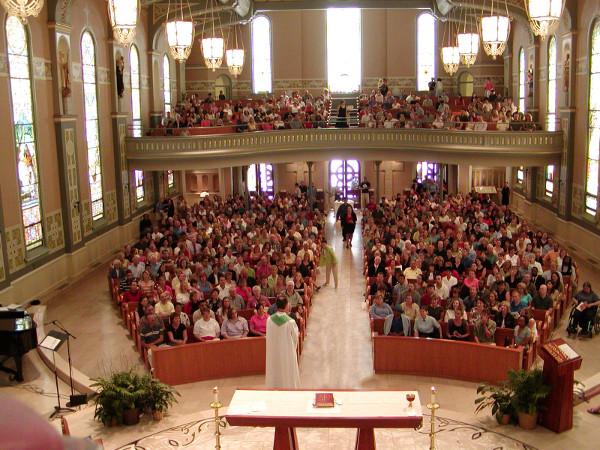 In werkelijkheid zitten er drie mensen in deze kerk, maar met Windows Holographic merk je daar niets meer van.