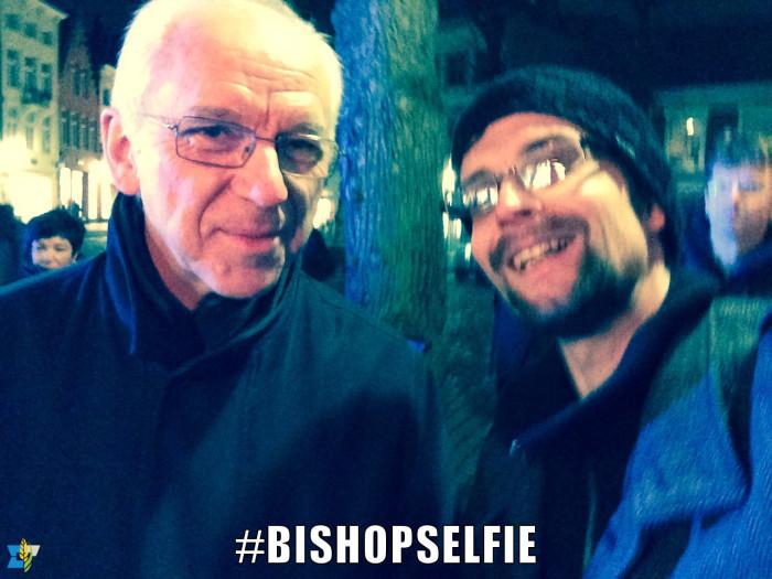 Een selfie met Mgr. De Kesel tijdens Fakkels en Kruisen, een Goede vrijdagtocht in Brugge.