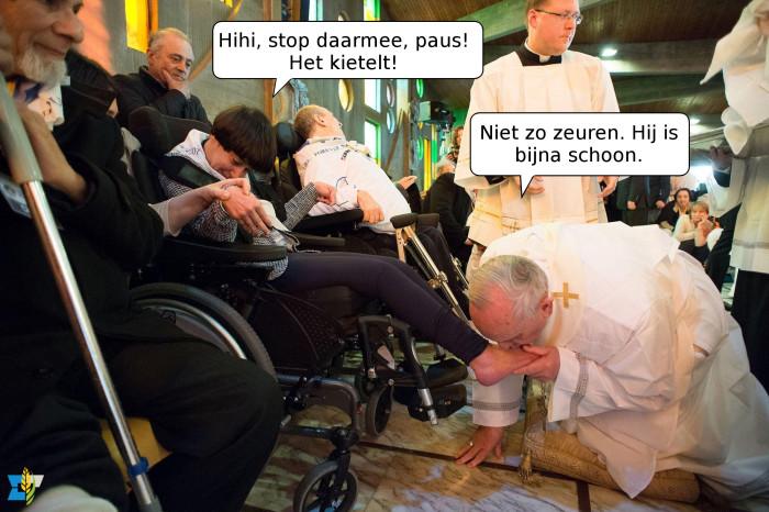 Op Witte Donderdag wordt er in de kerk meestal een voetwassing gedaan in navolging van Jezus. De paus geeft hierin graag het goede voorbeeld. Vorig jaar deed hij de voetwassing in een centrum voor ouderen en mensen met een lichamelijke beperking.