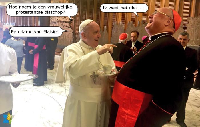 De paus grapt tegen kardinaal Dolan over protestantse bisschoppen.
