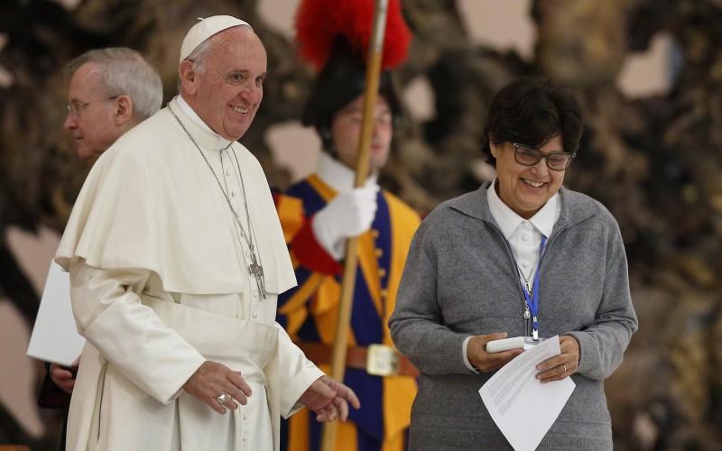 Paus Franciscus met Zuster Carmen Sammut, hoofd van de International Unie van Oversten van vrouwelijke congregaties. In een ontmoeting met deze Unie sprak de Paus onder andere over vrouwelijke diakens. (CNS)
