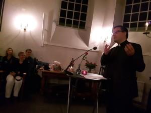 Gold Card single Anton ten Klooster bij de boekpresentatie van 'Mooi niet alleen' van ds. Rebecca Onderstal.