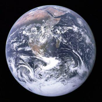 De aarde vanuit de ruimte. Hij lijkt - zoals Henk Rijkers beweerde - inderdaad op een schijf.